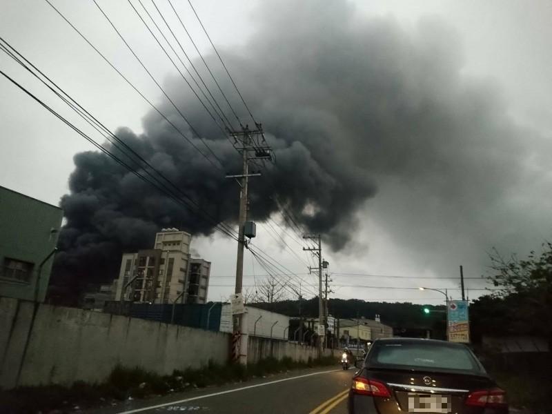 新竹縣湖口鄉新興路838巷一處工廠今天下午5點許發生火警,現場竄出濃濃黑煙直沖天際,所幸無人員受傷受困,目前搶救中。 (記者廖雪茹攝)
