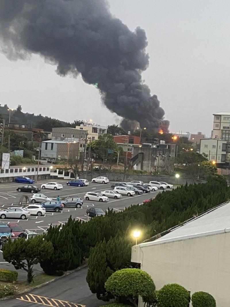 湖口鄉新興路838巷一處工廠發生火警,濃濃黑煙直衝天際。 (記者廖雪茹翻攝)