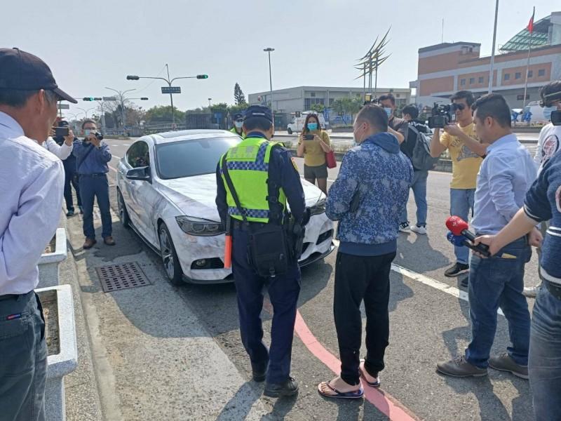 抗疫規格提升,南市交通局會同警方前往台南機場突檢攔查。(南市交通局提供)