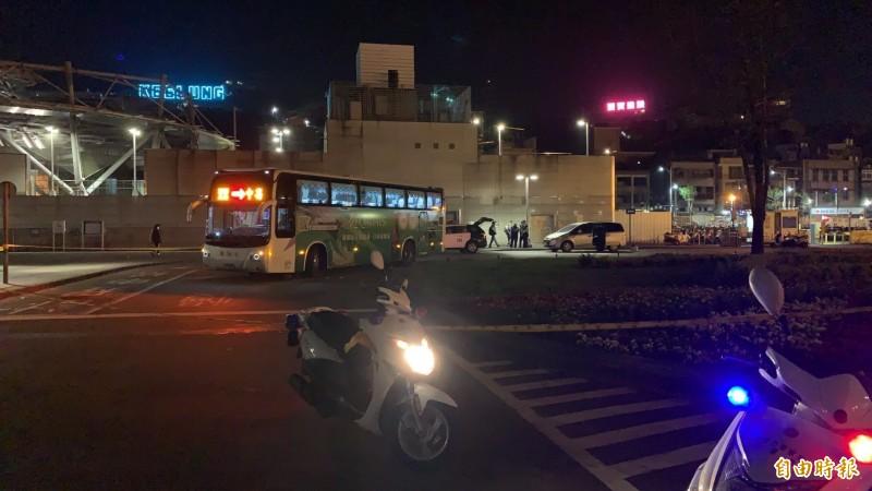 國光客運今晚在基隆火車站北站外輾死路人,警方到場採證,疏導車流。(記者林嘉東攝)