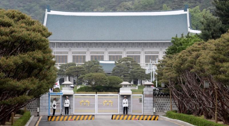 武漢肺炎在韓國境內疫情已然失控,1天就暴增百名確診病例,目前韓國總統府青瓦台已經考慮暫停對外開放參觀。圖為青瓦台。(歐新社)