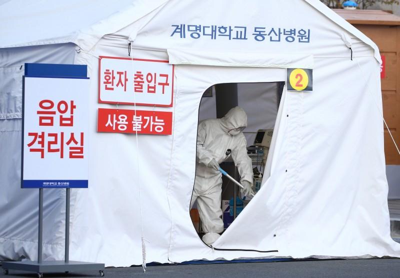 稍早南韓再度新增一起死亡病例,為54歲的女性。圖為大邱醫院建立臨時負壓隔離室,以容納疑似病例。(歐新社)