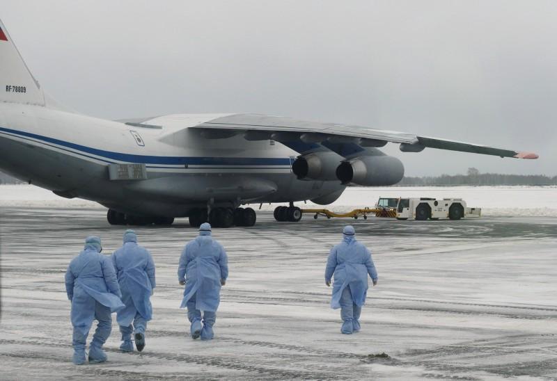 俄羅斯衛生部所發布的官方報告裡,揭露出新型冠狀病毒可能是重組的。圖為俄羅斯對中國武漢撤僑專機進行檢疫工作。(路透)