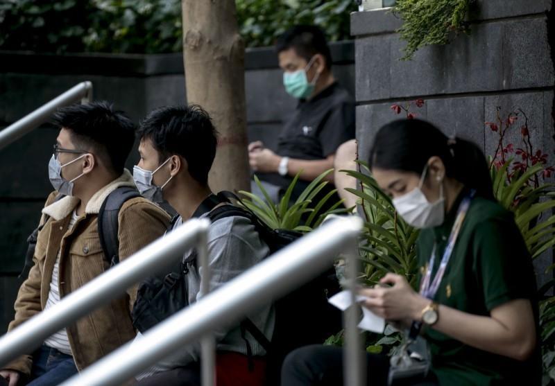 新加坡一名57的婦女不但確診感染武漢肺炎,還同時得到登革熱,也是新加坡首例同時感染這兩種疾病的患者。圖為新加坡疫情上升,民眾紛紛戴起口罩。(歐新社)