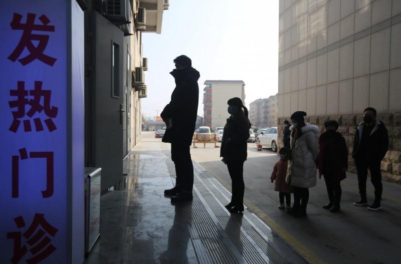 中國山東任城監獄今天(21日)報告200人新增確診武漢肺炎,讓不少中國網友都嚇得不輕。圖為中國山東民眾在發燒門診外大排長龍。(歐新社)