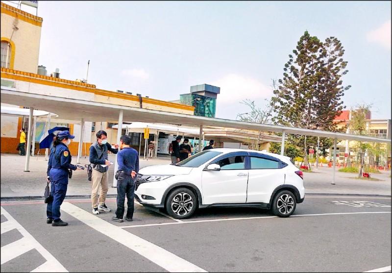 嘉義區監理所在嘉義火車站查獲白牌車。(嘉義區監理所提供)