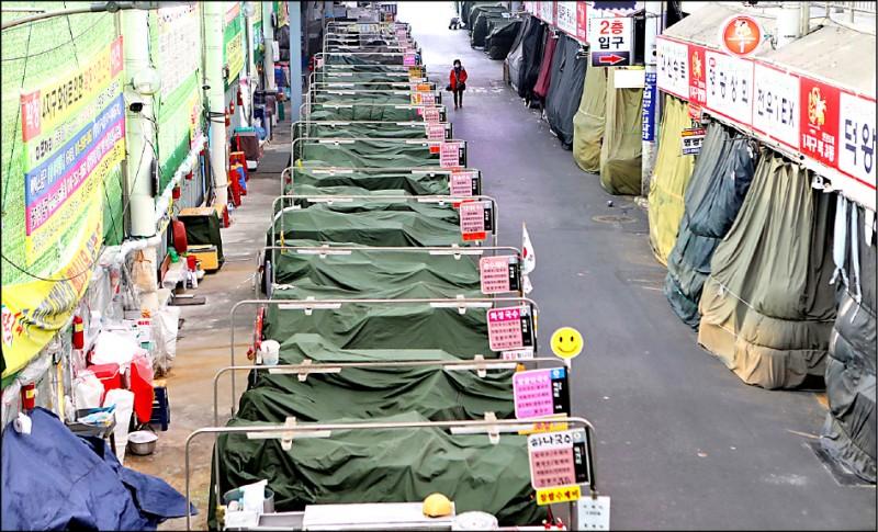 南韓大邱市已被當局指定為傳染病「特別管理地區」,由於當地疫情逐日升溫,市內一個傳統市場中一排賣湯麵的攤位都未營業。(美聯社)