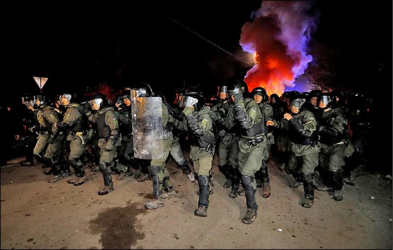 烏克蘭鎮暴警察到場戒備,與抗議民眾發生衝突。(路透)
