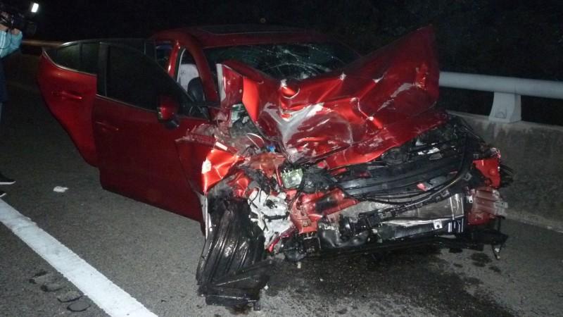 紅色自小客車追撞到已翻覆的銀色自小客車,車頭幾乎全毀。(記者許麗娟翻攝)