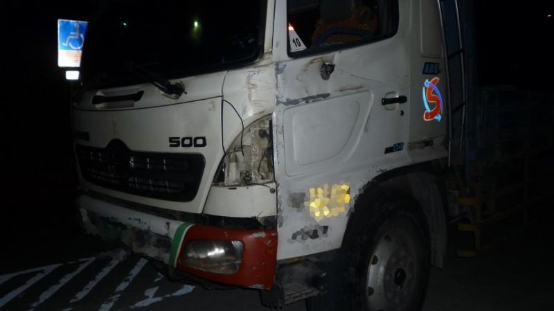 大貨車擦撞到銀色自小客車,車頭左前方受損。(記者許麗娟翻攝)