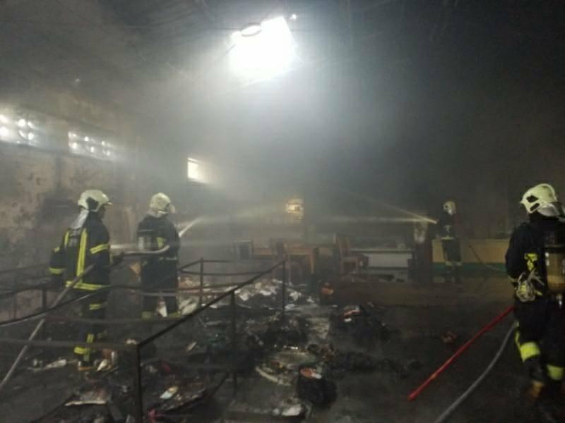 玉里天主堂附設玉長倉庫失火,消防隊到場撲滅火勢。(消防局提供)