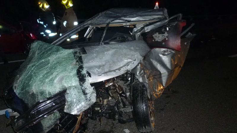 今天凌晨國道三號發生車輛失控翻覆後被後車追撞的嚴重車禍,失控翻覆的銀色自小客車乘客爬出車後,疑遭後方車輛輾斃。(記者許麗娟翻攝)