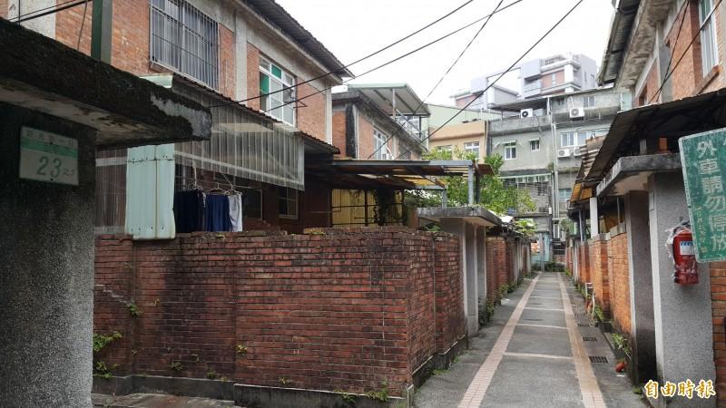化南新村建築為雙併式兩層樓房、外觀為清水紅磚,窗台以傾斜方式設計,相當特別,是台灣少見戰後文教建築。(記者楊心慧攝)