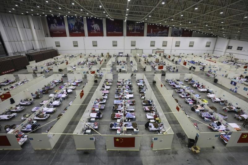 武漢計畫再建19座方艙醫院,目標在25日前,全市儲備的方艙醫院床位達到3萬張,引發中國網友恐慌。圖為中國湖北省武漢市的方艙醫院一角。(美聯社)