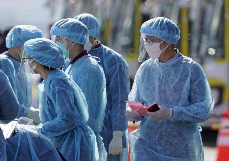 日本千葉市1名60來歲的國中女教師確診感染武漢肺炎,學校之後將會臨時停課。日本檢疫人員示意圖。(歐新社)