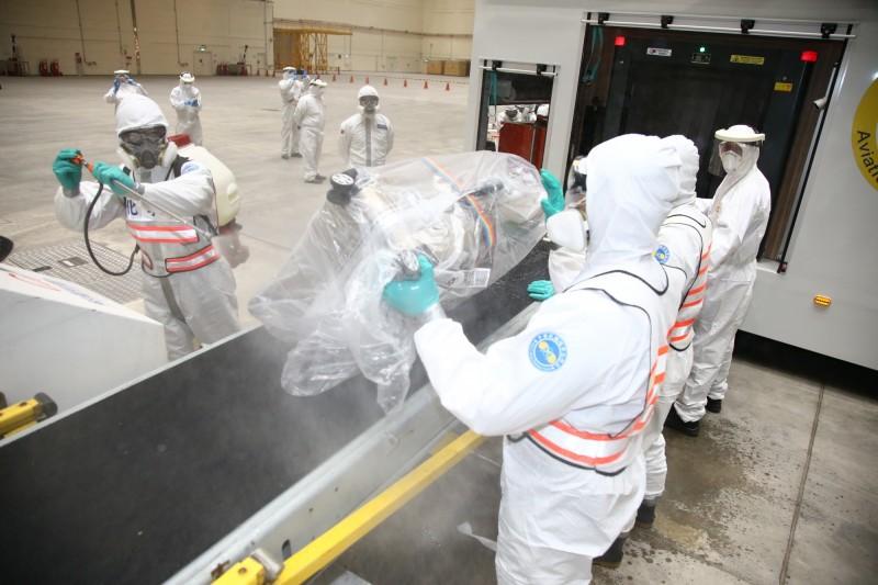化學兵為旅客行李進行消毒作業。(圖:國防部提供)