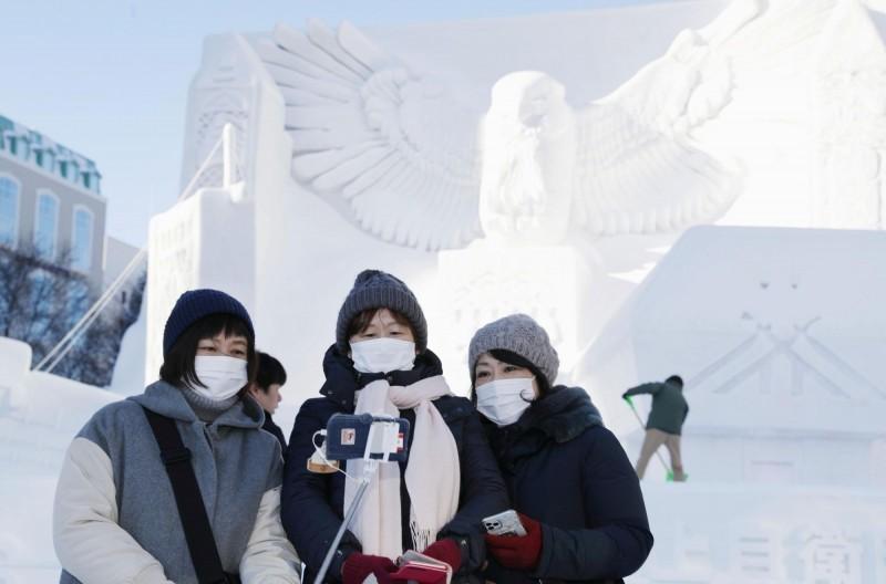 日本、韓國因武漢肺炎疫情病例激增,我國中央流行疫情指揮中心宣布提升二國的旅遊疫情建議到第二級「警示」。圖為北海道札幌雪祭場景。(路透)