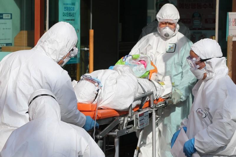 武漢肺炎疫情全球延燒,南韓成為重災區,確診數與日俱增,僅3天就增加3倍。(法新社)