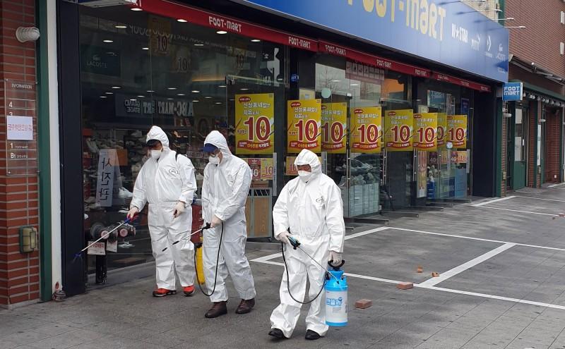 南韓疫情升溫,街道進行消毒。(路透)