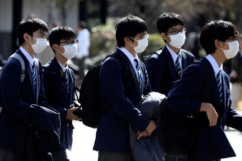 武漢肺炎疫情持續延燒,日本和歌山縣再增1例確診,該縣累積共13例確診;目前日本境內(不含鑽石公主號)累積122例。圖為日本學生戴口罩防疫的畫面。(路透)