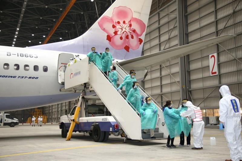 國軍化學兵部隊為自華航包機的鑽石公主號返台旅客消毒,進行第一線防疫把關。(圖:國防部提供)