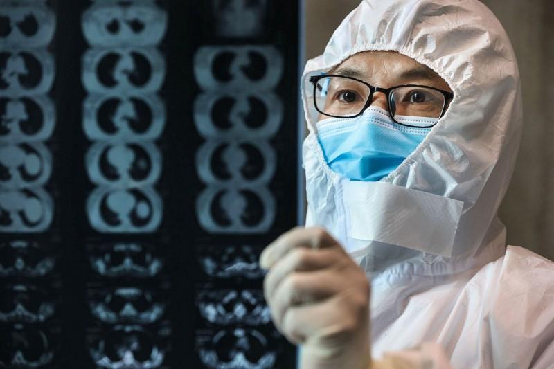中國武漢爆發的新型冠狀病毒引發的肺炎(COVID-19)疫情持續延燒。(法新社)