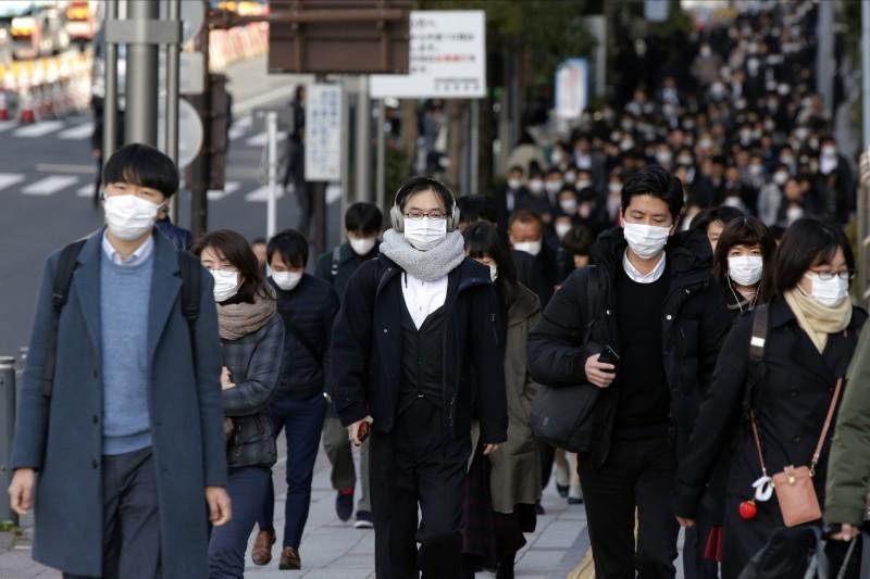 武漢肺炎疫情蔓延,日本東京傳出一名養老院60多歲嚴重感染的員工,在一開始沒有被診斷出新型冠狀病毒,他曾回到養老院工作,還和家人一起出國到印尼。(美聯社)