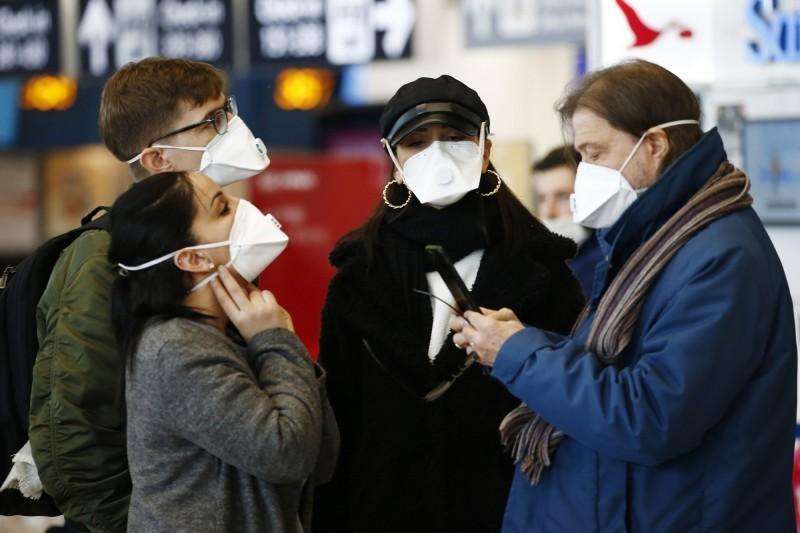 義大利今天增加17例確診,稍早出現第2起死亡病例,死者為一名身分不明的婦女。圖為羅馬菲烏米奇諾機場。(美聯社)