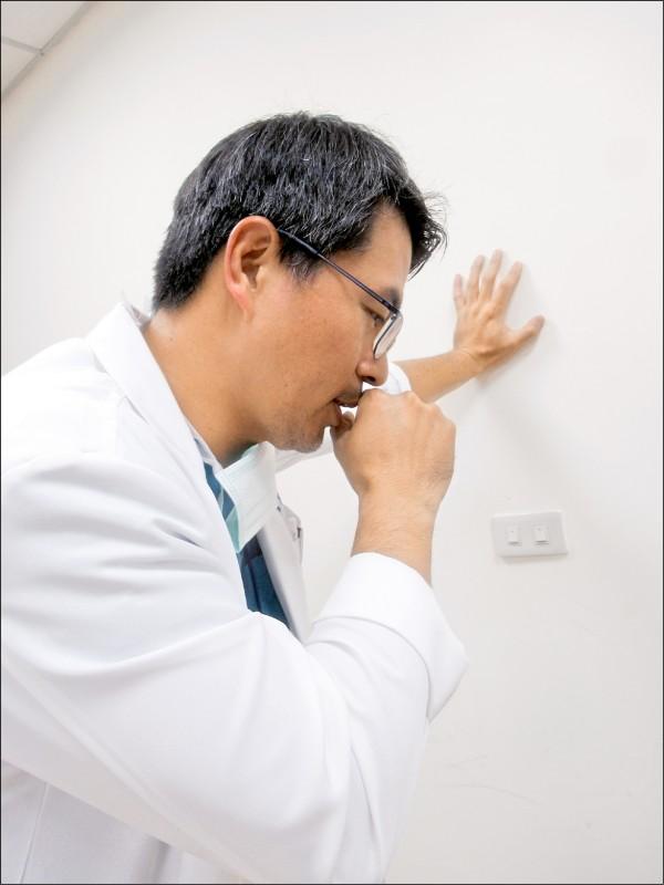 ▲咳嗽力量大,要找支持點,否則腹部負壓過大,往往會讓坐骨神經痛加劇。(照片提供/胡名賢)