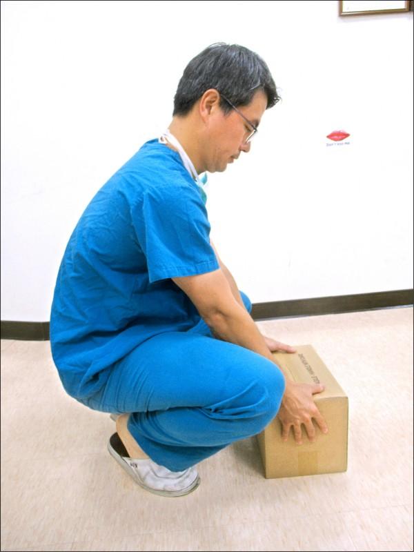 ▲搬過低的物品時,彎膝、將物品靠近身體,才是正確的姿勢。(照片提供/胡名賢)