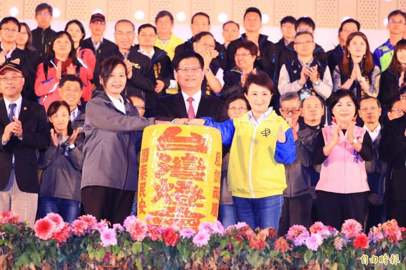在交通部長林佳龍(前排中)見證下,台中市長盧秀燕(前排右)將象徵台灣燈會的燈籠交接給新竹市副市長沈慧虹(前排左)。(記者歐素美攝)