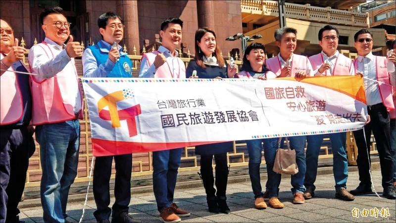 台灣旅行業國民旅遊發展協會理事長賴俊傑(左四)鼓勵民眾國旅做好防疫仍可安心出遊。(記者鄭瑋奇攝)