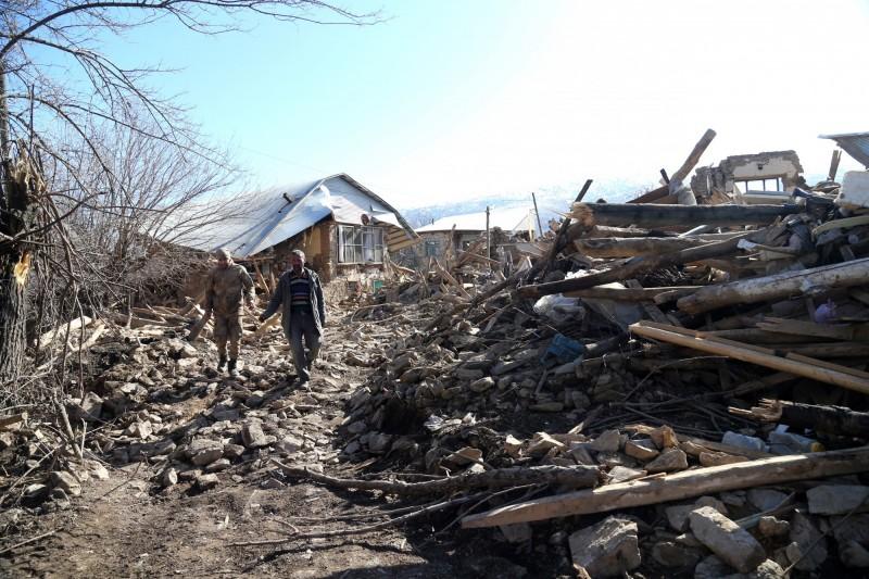 土耳其、伊朗交界今(23)日下午近2點左右發生規模5.7地震,地震深度僅6.4公里。土耳其官員透露,目前已有7人不幸喪命,更有約1066座建築物倒塌。圖為土耳其1月27日發生規模6.7地震,造成多人傷亡。(歐新社)