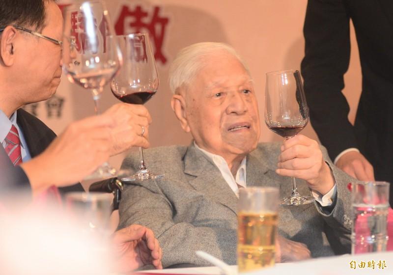 前總統李登輝2月8日因為喝牛奶嗆到,送至台北榮總檢查。(資料照)