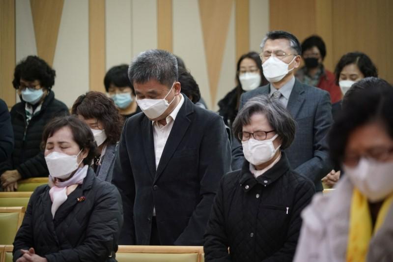 南韓朝聖團訪以色列,回國後18例確診。圖為南韓民眾戴口罩參與教會活動。(路透)
