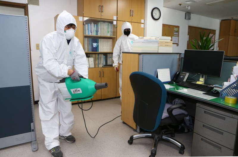韓國武漢肺炎確診病例達556例、4人死亡,目前又面臨為數眾多的中國留學生即將湧入校園的難關。(歐新社)