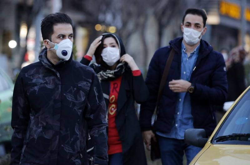 伊朗衛生部發言人賈漢普爾(Kianush Jahanpur)今(23)日宣布,伊朗全國總確診病例數已上升至43例,其中8人死亡。圖為伊朗民眾戴上口罩。(歐新社)