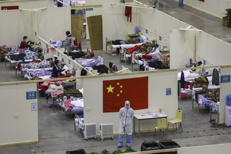 中國武漢肺炎疫情肆虐,許多民眾在集中隔離處所等待康復。圖為武漢市的臨時方艙醫院(美聯社檔案照)