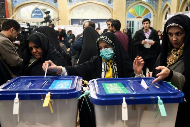 伊朗官方今(23)日指出,上週五(21)大選投票率僅有約42%,是伊朗自1979年伊斯蘭革命以來的新低,或與近日在當地所爆發的武漢肺炎(COVID-19)疫情有關。圖為伊朗婦女戴著口罩投票。(路透)