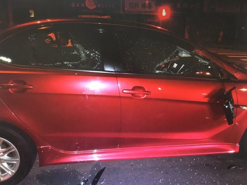 自小客前後擋風玻璃及車窗全都被砸破。(民眾提供)