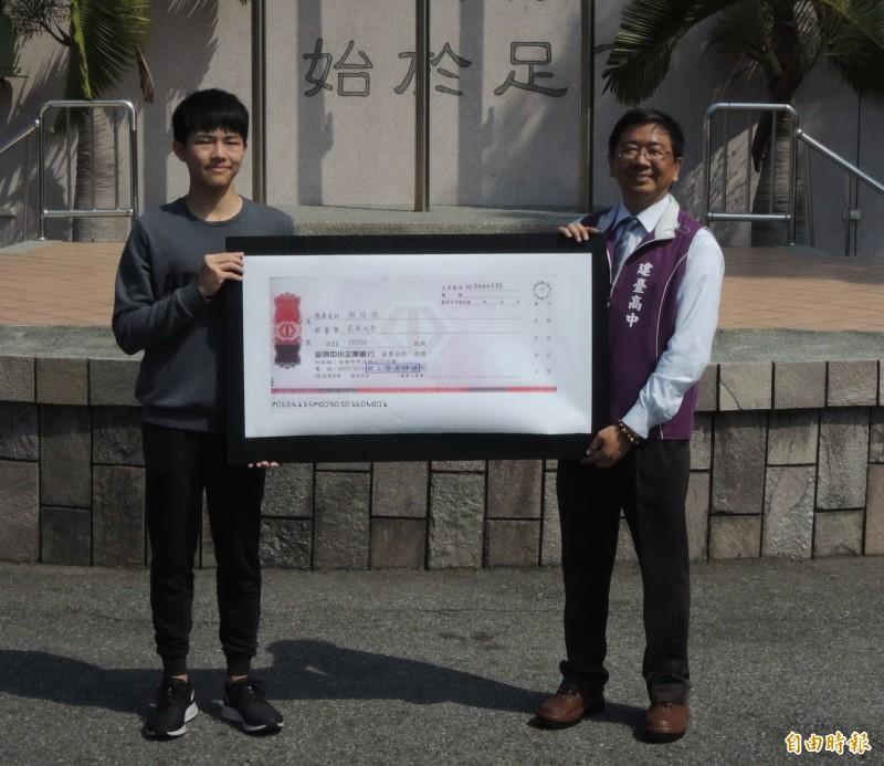 私立建臺高中學生賴冠愷(左),國中會考及學測滿均級分,6年來首位,董事會頒2萬獎學金。(記者張勳騰攝)