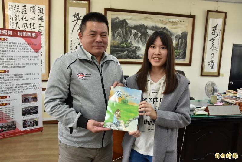 虎尾高中陳婉茹學測4科60滿級分,喜歡文學是學校校刊社長,左為校長薛東埠。(記者黃淑莉攝)