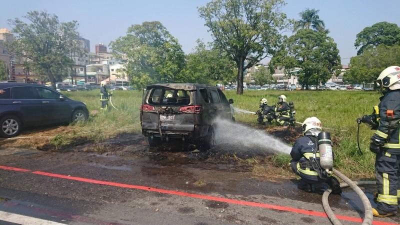一台來自高雄的車子,今天上午停放在嘉義市志航街一處草地,突然引火燃燒。(民眾提供)