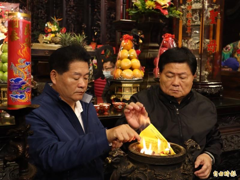 大甲鎮瀾宮副董事長鄭銘坤(左)今表示,「如果封城就不辦遶境」。右為董事長顏清標。(記者歐素美攝)