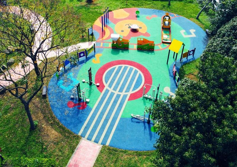 漢口環保公園設計以松鼠音樂會為主題,新闢建的兒童遊戲地上有把大大的吉他圖案。(記者李容萍翻攝)