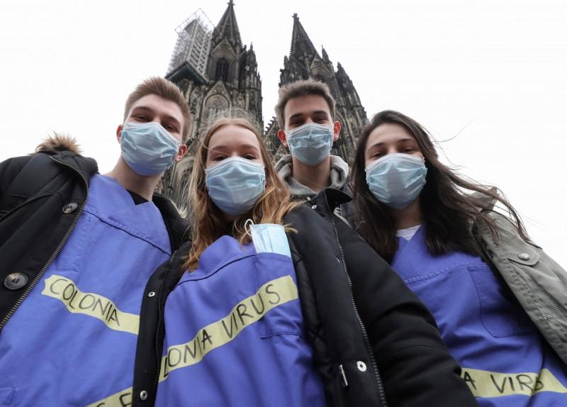 義大利境內武漢肺炎(COVID-19)疫情大爆發,鄰近國家德國今日表示,目前並沒有關閉邊界的計劃。圖為德國科隆民眾打扮成醫護人員參加當地的嘉年華會,取冠狀病毒(Corona Virus)的諧音,衣上寫著「殖民」病毒(Colonia Virus)。(路透)