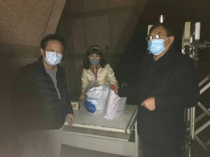 滯留中國湖北的血友病童和媽媽,預計今晚(24日)10點40分搭機抵台。圖為台商日前協助送藥給病童媽媽。(圖取自海基會秘書長姚人多臉書)
