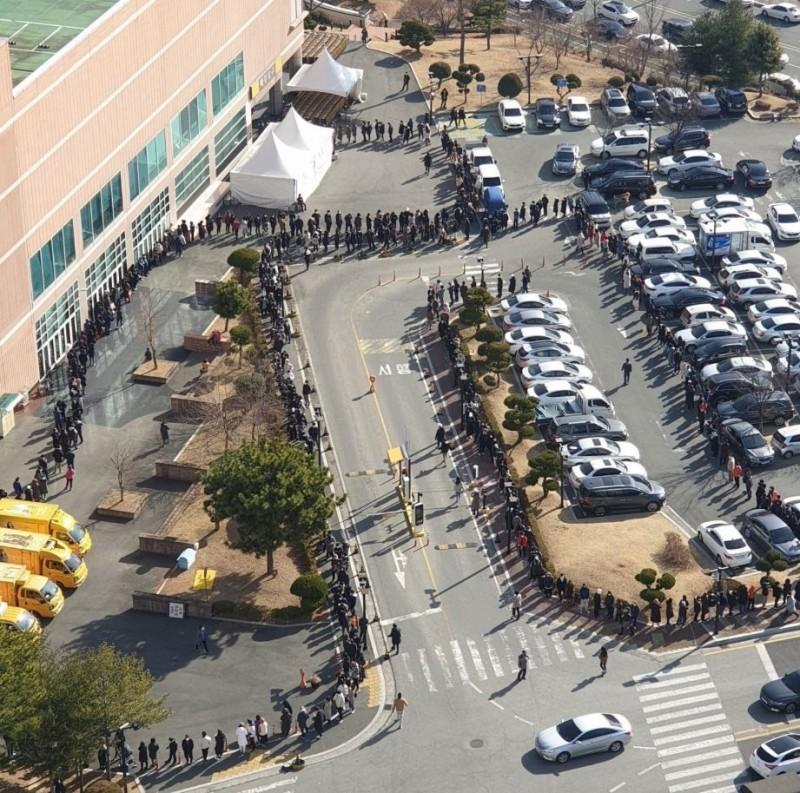 南韓連鎖大型市場E-Mart大邱分店提供大量口罩販售,短短2小時就售出48萬副口罩,大量的排隊人潮更是相當驚人。(圖擷自推特)