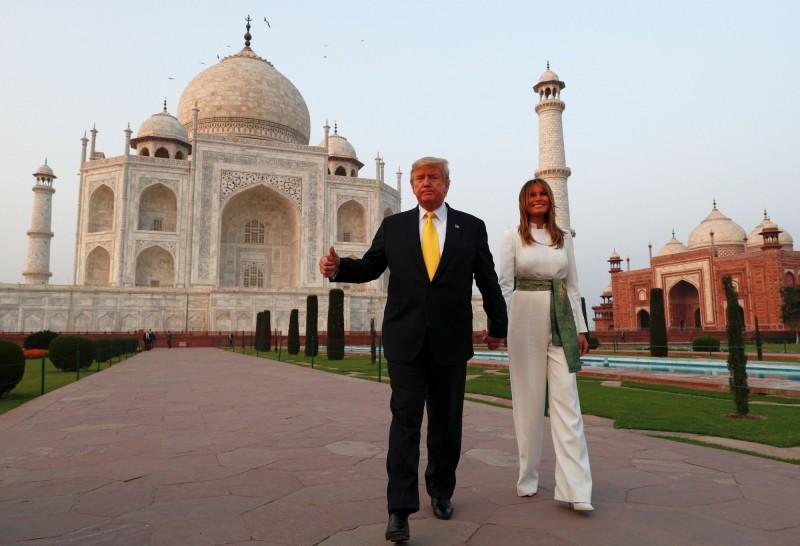 川普一度和眾多攝影記者開玩笑表示,「現在要開記者會嗎?」並驚嘆稱「這真是了不起的建築」,美國第一夫人梅蘭妮亞則形容泰姬瑪哈陵非常優雅而美麗。(路透)