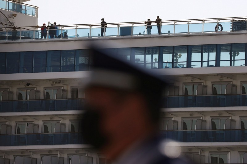 日本厚生勞動省今日證實,有一名厚勞省官員及一名檢疫官確診武漢肺炎,2人皆曾在鑽石公主號上工作。(路透)